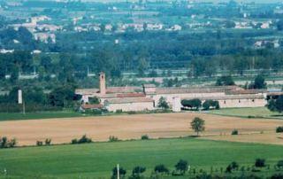 Una veduta della Corte di Giarola ripresa dalle colline di Gaiano. Il vasto complesso curtense si erge nella campagna a ridosso dell'alveo del fiume Taro (Foto U. Delsante, circa 1980)
