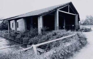 Edificio di servizio della Fabbrica delle conserve sorta a ridosso della Corte di Giarola, nel 1907. È riconoscibili l'alveo del canale Naviglio Taro, utilizzato per fornire la forza motrice al mulino di Giarola e, successivamente, alla fabbrica delle conserve