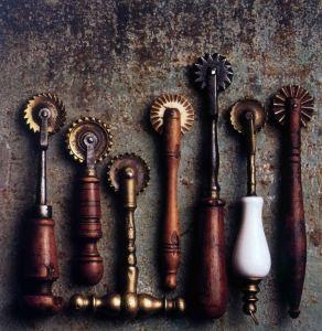 Speronelle da pasta del XIX secolo in legno, ottone, ferro e osso, Foto P. Candelari (Ozzano Taro (PR), Fondazione Museo E. Guatelli)