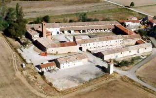 Veduta aerea della Corte di Giarola. Si nota, al fondo, il lungo porticato antistante la stalla grande, sede del Museo della Pasta e del Pomodoro: (Foto L. Galloni, 2004)