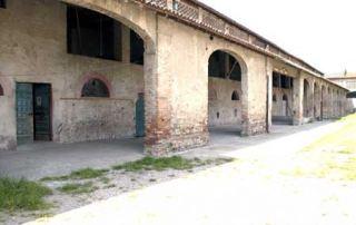 Una vista ravvicinata del porticato di servizio alla stalla