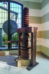 Il torchio da olive ad una vite del XVIII secolo esposto al Museo d'Arte Olearia Orsi Coppini di San Secondo Parmense